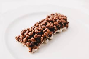 Schokoladenriegel. Süßigkeit auf weißem Hintergrund