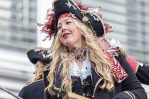 Schöne Dellbrücker Piratin beim Rosenmontagszug - Kölner Karneval 2018