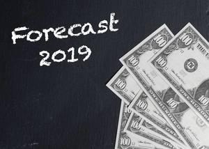Schriftzug FORECAST 2019 (Prognose 2019) mit US-Dollar Noten auf schwarzem Hintergrund