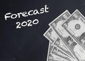 Schriftzug FORECAST 2020 (Prognose 2020) neben Banknoten auf schwarzem Hintergrund