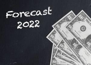 Schriftzug FORECAST 2022 (Prognose 2022) neben Dollarnoten auf schwarzem Hintergrund