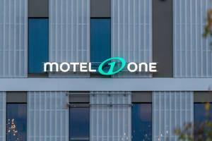 Schriftzug mit Logo auf dem Gebäude vom Motel One München-Messe
