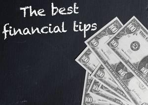 Schriftzug THE BEST FINANCIAL TIPS (die besten Finanztipps) und Banknoten auf schwarzem Hintergrund