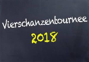 Schriftzug VIERSCHANZENTOURNEE 2018 in gelb und weiß auf schwarzer Tafel