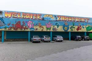 Schriftzug WELCOME TO ZANDVOORT und Bilder aus der Serie SpongeBob Schwammkopf über Parkplätzen