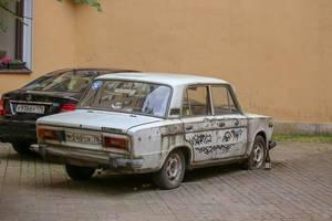 Schrottreifer Lada neben einem neuen Mercedes-Benz