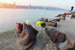 Schuhe am Donauufer mit Blumen: Mahnmal zur Erinnerung an die Pogrome an Juden im zweiten Weltkrieg