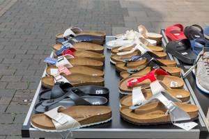 Schuhe und Sandalen von Birkenstock vor einem Laden