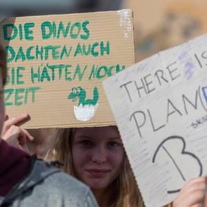 """Schülerdemonstration und globale Klimabewegung protestiert in Köln: """"Die Dinos dachten auch Sie hätten noch Zeit"""""""