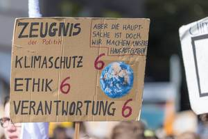 Schülerdemonstration vergibt Zeugnis an die Politik mit Noten und kritisiert mangelnden Klimaschutz, Ethik und Verantwortung