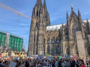 Schülerprotest am Fridays for Future Demo-Tag auf der Domplatte mit Kölner Dom im Hintergrund