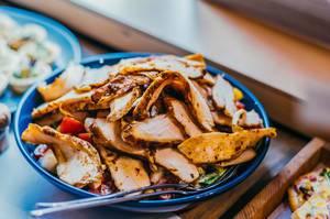 Schüssel mit Hähnchenbrust-Salat