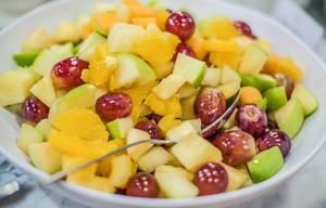 Schüssel Obstsalat mit Tangerine und anderem Obst