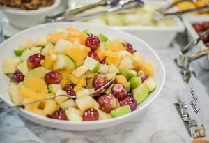 Schüssel Obstsalat mit Weintrauben und anderem Obst