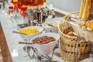 Schüsseln mit Müsli und Maisflocken verschiedener Sorten