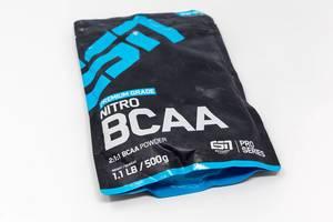 Schwarz-blaue Verpackung auf weißer Oberfläche: Premium Grade Nitro BCAA Powder zum Muskelaufbau von ESN