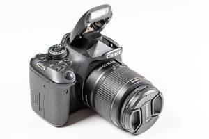 Schwarze Spiegelreflexkamera auf weißem Hintergrund