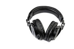 Schwarze Studio-Kopfhörer über weißem Hintergrund