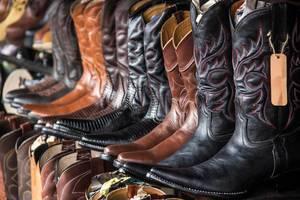 Schwarze und Braune Cowboystiefel mit Mustern stehen zum Verkauf
