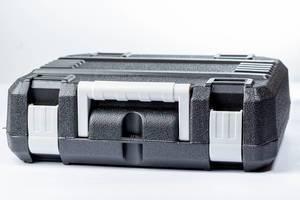 Schwarzer Werkzeugkasten mit weißem Hintergrund