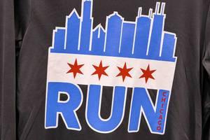 """Schwarzes Longsleeve mit blau-weißem """"Run Chicago"""" Front-Print mit vier roten Sternen"""