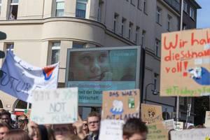 Schwedische Klimaaktivistin Greta Thunberg auf einer Leinwand, während der Fridays for Future Demonstration zum Klimastreik in Köln