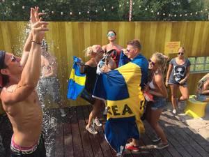 Schwedische Musikfans auf der Suche nach Erfrischung - Musikfestival Tomorrowland 2014