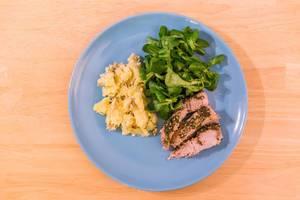 Schweine-Filet mit Dukkah-Kräuter-Kruste, Kartoffeln und Feldsalat