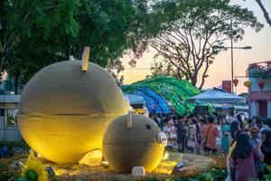 Schweinedekoration zum Jahr des Schweins im Mondkalender in Vietnam mit Besuchern