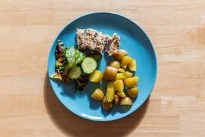 Schweinefilet mit Senfkruste, Drillingen und buntem Feldsalat