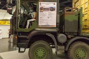 Schweres Militärfahrzeug IVECO Trakker mit Waldtarnung