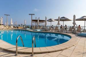 Schwimmbadbereich im Rigas Hotel in Afitos