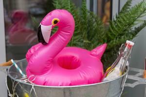 Schwimmhilfe für Kleinkinder in Form eines rosafarbenen Flamingos