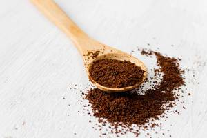 Scoop of Ground Coffee in a Spoon / Kaffee gemahlen
