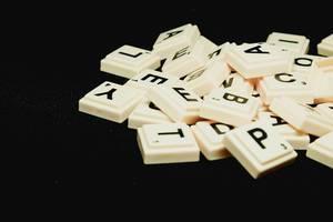 Scrabble auf schwarzem Hintergrund