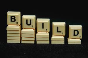 """Scrabble-Steine bilden das Wort """"Build"""" - bauen"""