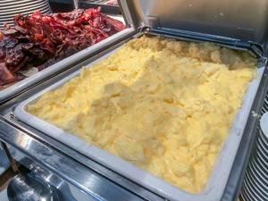 Scrambled Eggs - Rührei - in einem Wärmebehälter am Frühstücksbüfett