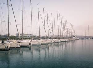 Segelboote liegen in einem Segelhafen am Mittelmeer auf