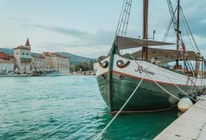 Segelschiff im Hafen von Trogir