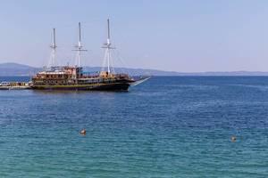 Segelschiff liegt vor Anker in Thessaloniki