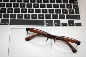 Sehbrille mit braunem Gestell auf Macbook