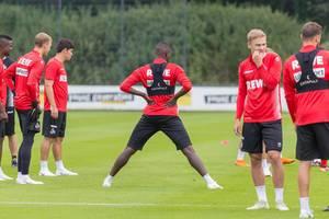 Sehrou Guirassy dehnt sich vor dem Training