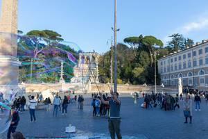 Seifenblasenkünstler auf dem Piazze del Popolo in Rom