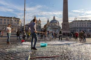 Seifenblasenshow auf dem Piazza del Popolo in Rom
