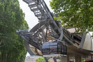 Seilbahn-Wagen der Seilbahn Koblenz fährt in die Station