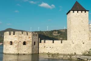 Seitenansicht der Burg Golubac an der Donau in Serbien