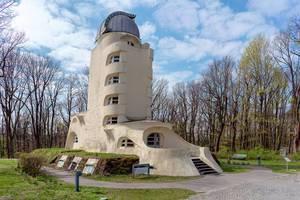 Seitenansicht des gesamten Albert Einsteinturms im expressionistischen Baustil im Albert Einstein Wissenschaftspark in Potsdam