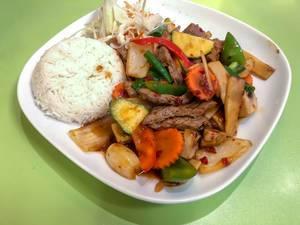 Seitenansicht Nuea Phad Prig in Krua Thai Köln: Rindfleisch mit Zucchini, Paprika, Möhren, Bambus und Champignons in Chilisauce