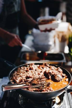 Seitenansicht von langsam gekochtem Rindfleisch auf einem Street Food Festival