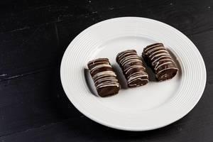Selbst gemachte Plätzchen des Schokoladen-Zebras auf der Platte